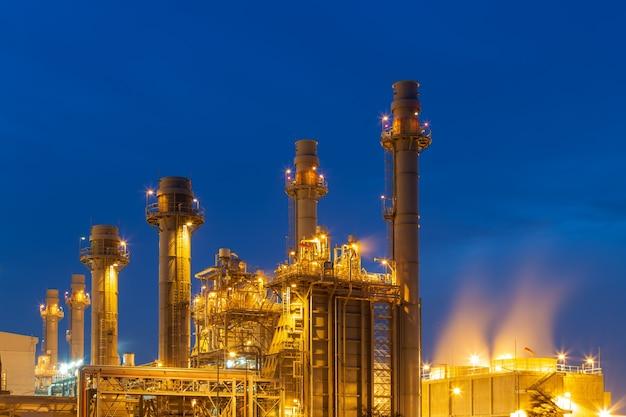 Central térmica para a propriedade industrial no por do sol e no crepúsculo.