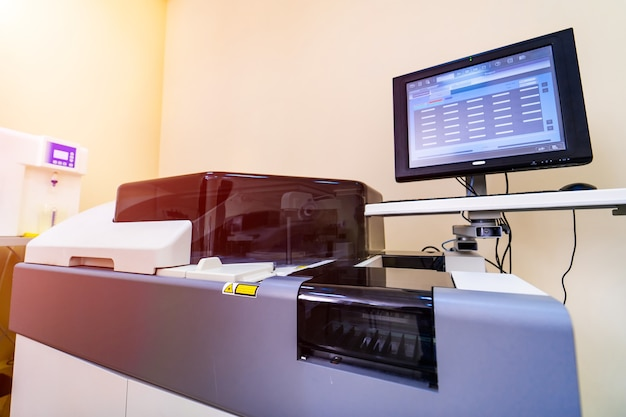 Centrífuga de sangue médico eletrônico em laboratório. análise em laboratório de hematologia. diagnóstico de pneumonia. covid-19 e identificação de coronavírus. pandemia. centrífuga com tela.