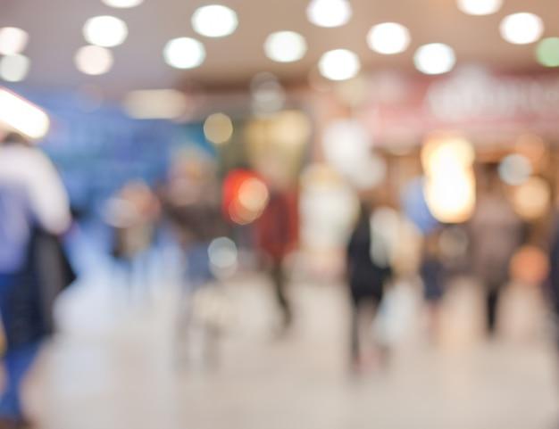 Centro comercial com pessoas fora de foco