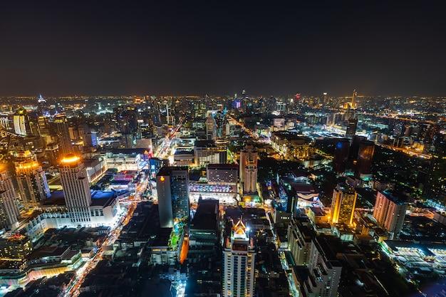 Centro da cidade de bangkok e tráfego rodoviário à noite da tailândia, paisagem urbana