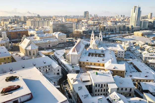 Centro da cidade de minsk coberto de neve de altura. a cidade alta. bielo-rússia.