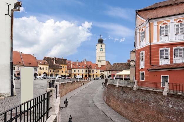 Centro da cidade de sibiu com casas uma ponte e uma torre com relógio, romênia