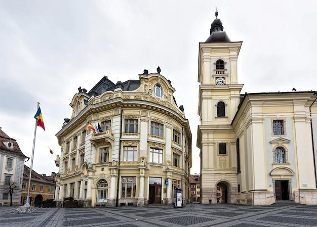 Centro da cidade de sibiu, praça principal e edifício do município da cidade, romênia