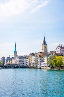 Centro da cidade de Zurique com a famosa Fraumunster