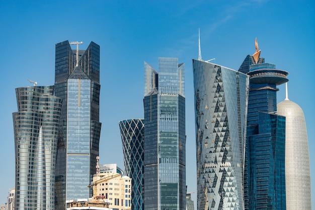 Centro da cidade moderno com torres e arranha-céus