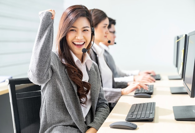 Centro de atendimento sorridente trabalhando