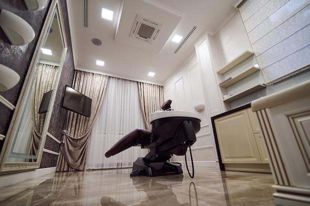 Centro de beleza premium para cabeleireiros com cadeira confortável. design de interiores vip para cabeleireiro.