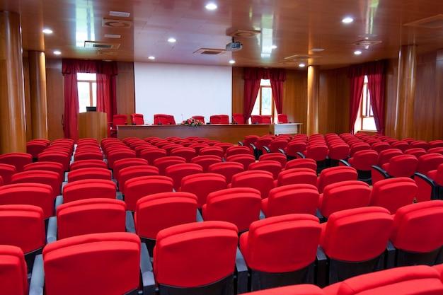 Centro de conferências com poltronas vermelhas