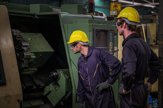 Centro de controle de fábrica de produção com equipe de serviço