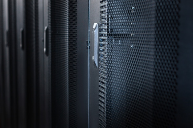 Centro de dados. gabinetes de servidor modernos e elegantes de metal preto em um data center