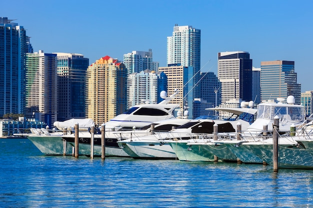 Centro de miami com céu azul e barcos, flórida