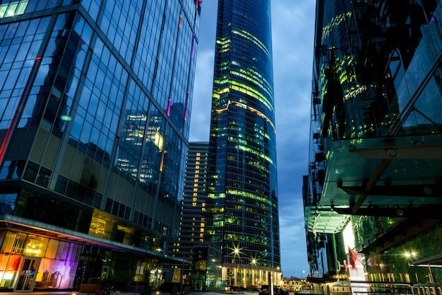 Centro de negócios moderno nas luzes da noite