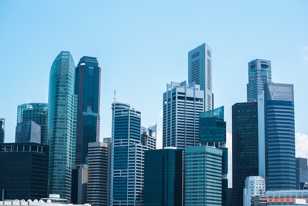 Centro de negócios moderno, paisagem urbana central da paisagem do distrito financeiro com céu bonito ensolarado.