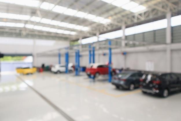 Centro de serviço automotivo com carro na estação de reparos. luz bokeh desfocado e fundo desfocado