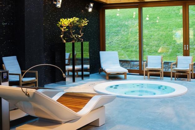 Centro de spa com banheira de hidromassagem