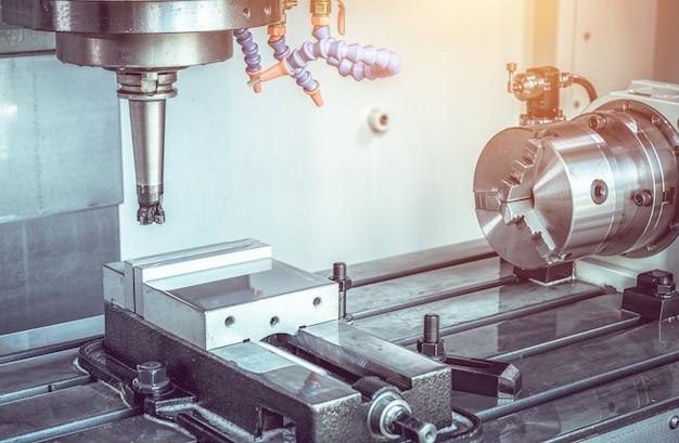 Centro de usinagem cnc de alta precisão funcionando, operador de usinagem de peças automotivas para processo de amostra em fábrica industrial