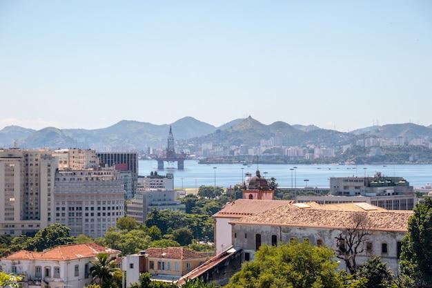 Centro do rio de janeiro, visto do alto do bairro de santa teresa no brasil.