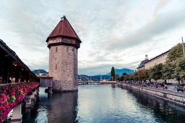 Centro histórico da cidade de lucerna, com a famosa ponte da capela, na suíça.