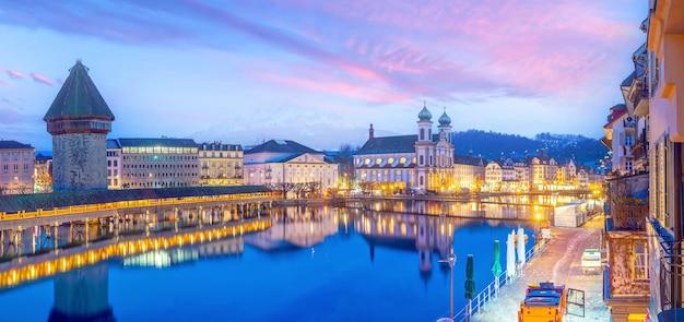 Centro histórico da cidade de lucerna com a ponte da capela e o lago lucerna na suíça ao pôr do sol