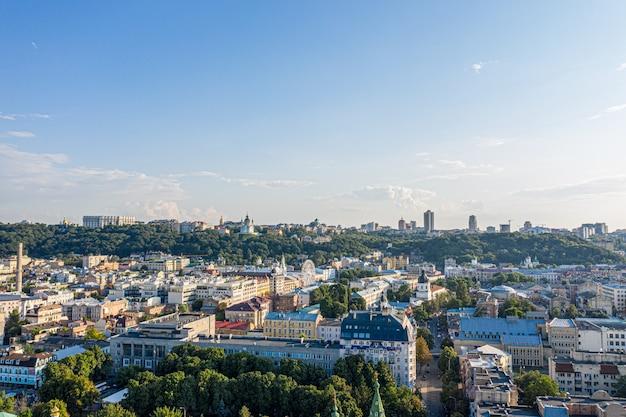 Centro histórico de kiev e arquitetura colorida da cidade. urbanismo de outono