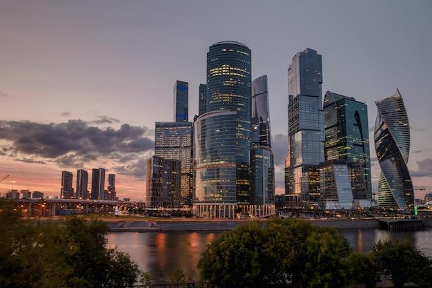 Centro internacional de negócios de moscou (cidade) ao pôr do sol. arquitetura e marco da rússia.