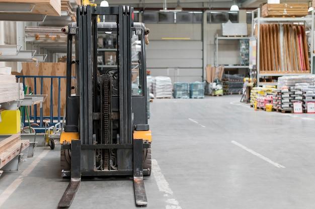 Centro logístico com empilhadeira