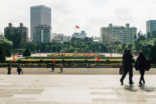 Centro pátio com bandeira de taiwan postar no centro na área do national dr. sun yat-sen memorial hall.