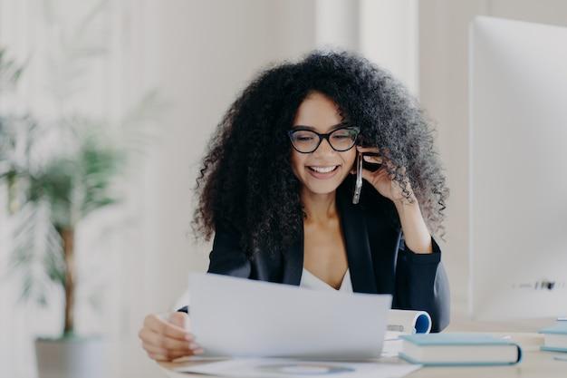 Ceo experiente do sexo feminino tem conversa por telefone