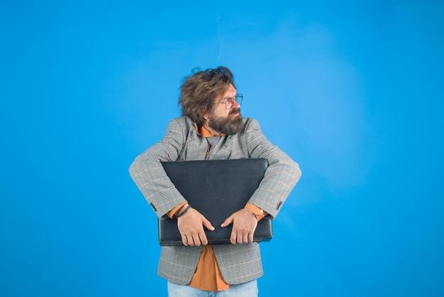 Ceo. homem de negocios. trabalhador de escritório. empresário confuso com a mala. empresário barbudo. conceito de negócios, pessoas e escritório.