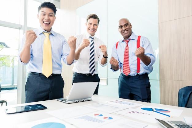 Ceo indiano relatando sucesso em reunião de negócios