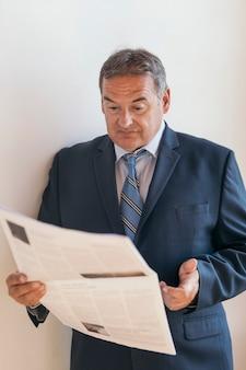 Ceo lendo o jornal da manhã