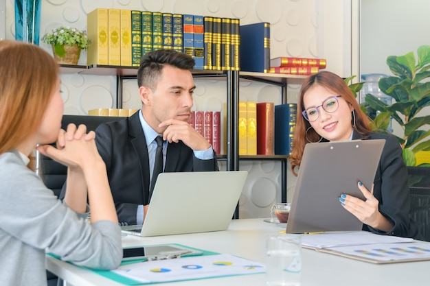 Ceo ou diretor financeiro vê relatórios financeiros resumidos com sua equipe de secretaria