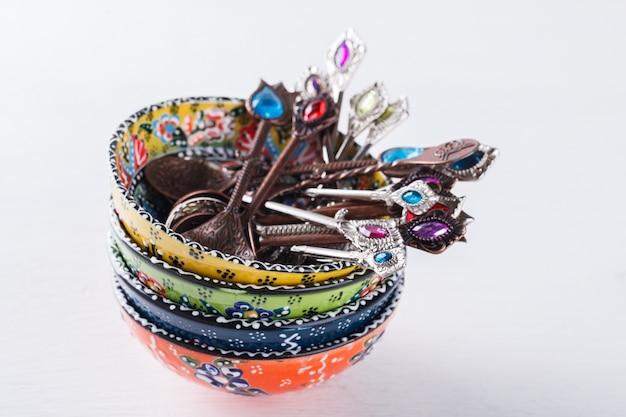 Cerâmica artesanal turca tradicional, colheres com pedras coloridas