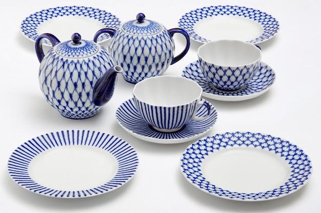 Cerâmica branca com copos e pratos de padrão azul