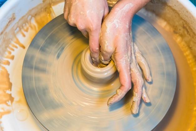 Cerâmica - criando uma xícara de barro no processo.