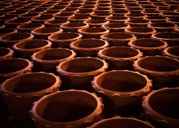Cerâmica crua-de-rosa pronta para ser carregada no forno da próxima vez