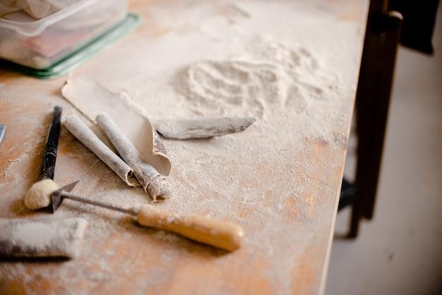 Cerâmica e ferramentas para fazer cerâmica.