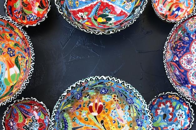 Cerâmica turca tradicional em um fundo escuro, vista superior