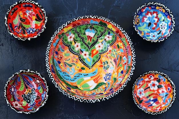 Cerâmica turca tradicional na vista superior, escura