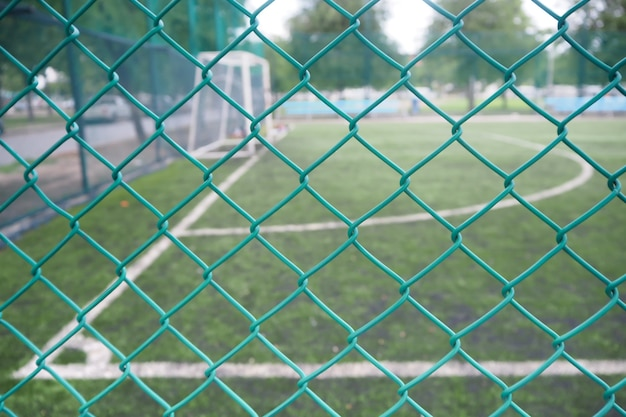 Cerca da rede de arame no campo de futebol.
