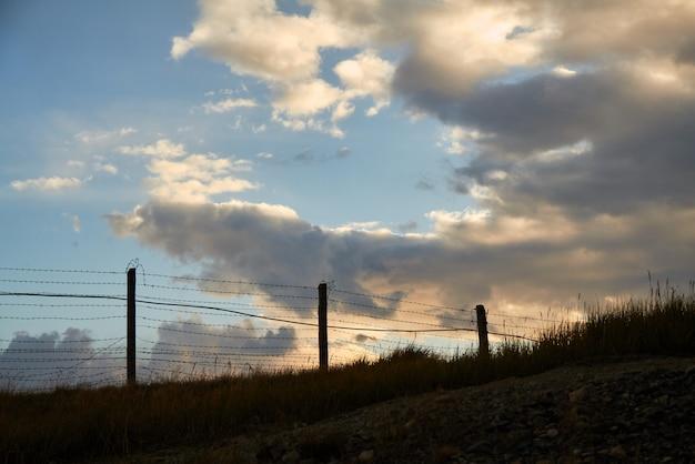 Cerca de arame farpado na fronteira com a mongólia. platô de ukok de altai. paisagens frias fabulosas. ninguém por perto