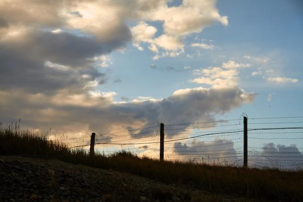 Cerca de arame farpado na fronteira com a mongólia