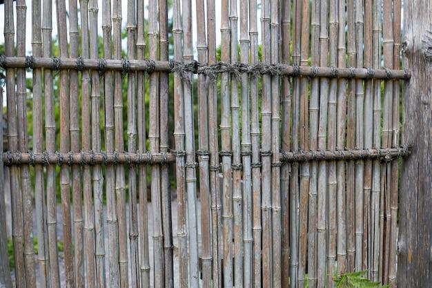 Cerca de bambu em um jardim japonês