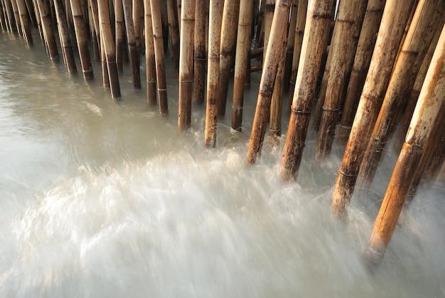Cerca de bambu proteger banco de areia da onda do mar