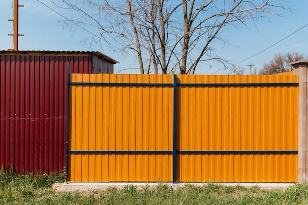 Cerca de lata com um belo padrão texturizado, cerca moderna com listras verticais.