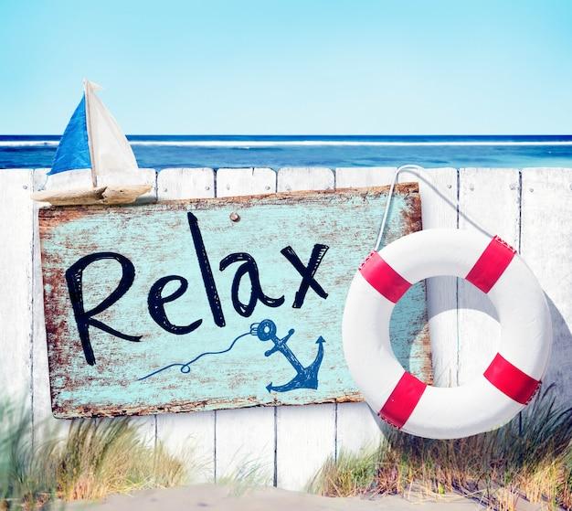 Cerca de madeira e placa de sinalização relaxante na praia