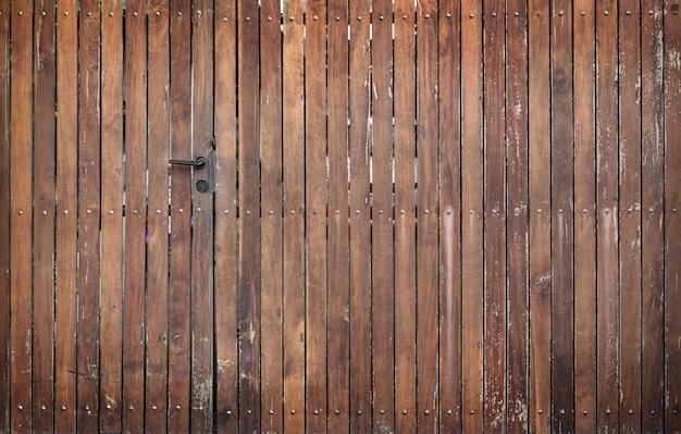 Cerca de madeira e porta exterior fundo