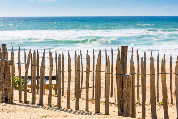 Cerca de madeira em uma praia do atlântico na frança the gironde department shot with a select focus