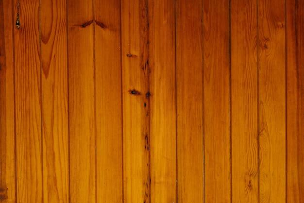 Cerca de madeira escura, mesa surrada, tábuas de madeira velha