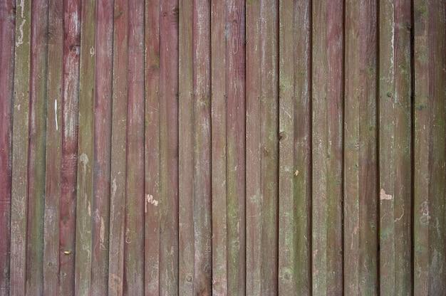 Cerca de madeira feita de vigas roxas e verdes